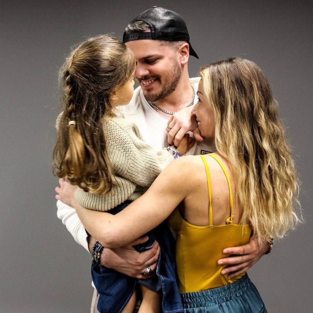 Mickael Carreira e Laura Figueiredo com a filha de ambos