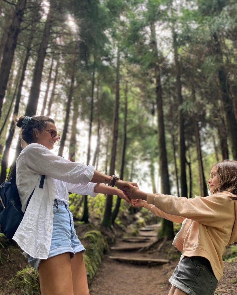 Cláudia Vieira e a filha mais velha, numa viagem aos Açores
