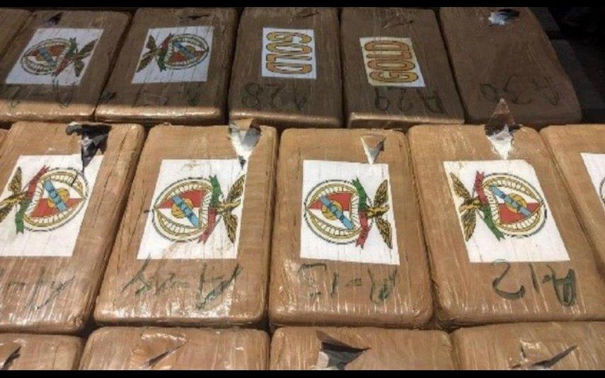 Imagens de pacotes de droga com o símbolo do Benfica