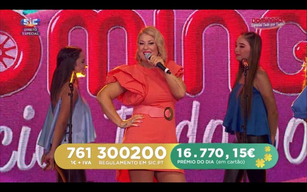 """No programa """"Domingão"""", da SIC, Rebeca protagonizou um momento insólito quando um dos seus temas entoou e a cantora manteve-se estática"""